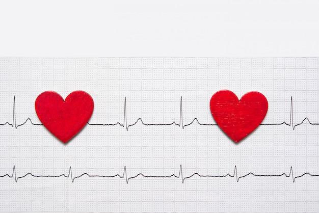 Dois corações vermelhos de madeira, conceito de amor e dia dos namorados