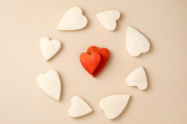 Dois corações vermelhos, rodeados por corações brancos