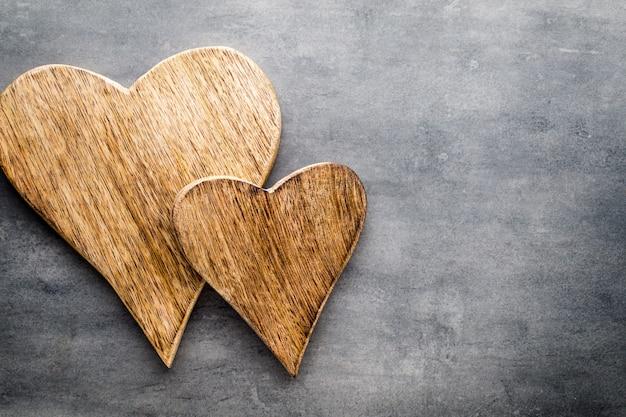 Dois corações vintage em fundo cinza de metal.