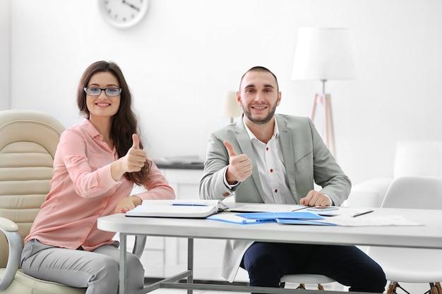Dois corretores imobiliários, em escritório brilhante