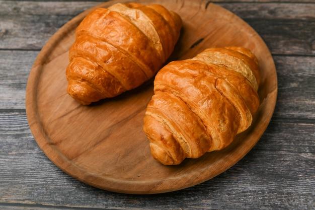 Dois croissants. croissant francês fresco. café da manhã com croissant. café da manhã francês. ótimo caseiro. torre fresca.
