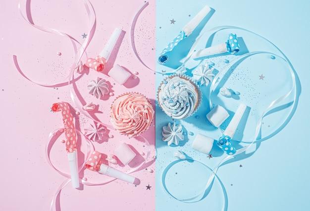 Dois cupcakes com creme azul e rosa, conceito de festa quando o sexo da criança se torna conhecido