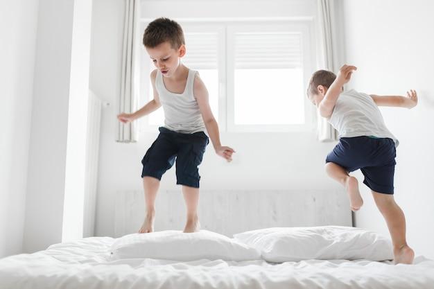 Dois, cute, irmãos, tendo divertimento, cama