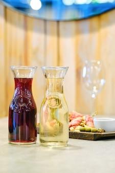 Dois decantadores com vinho e prato com petisco