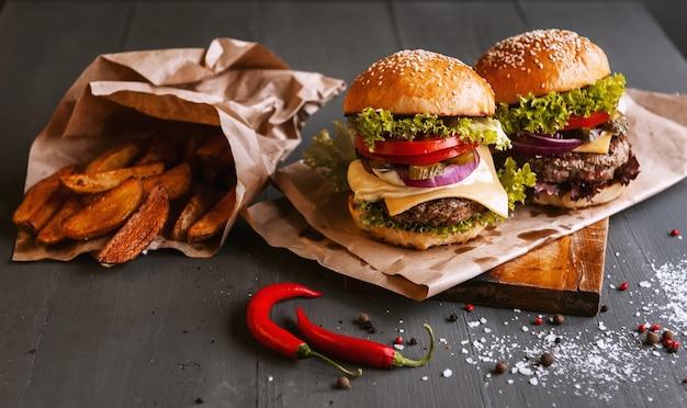 Dois deliciosos hambúrguer caseiro de dar água na boca, usado para picar carne. na mesa de madeira