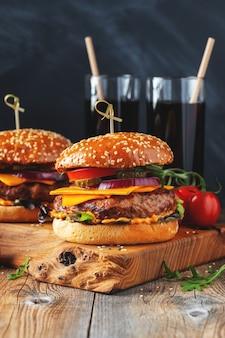 Dois deliciosos hambúrgueres caseiros de carne bovina.
