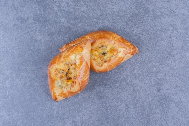 Dois deliciosos pastéis frescos em uma superfície cinza