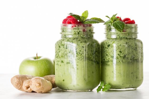 Dois deliciosos smoothies verdes