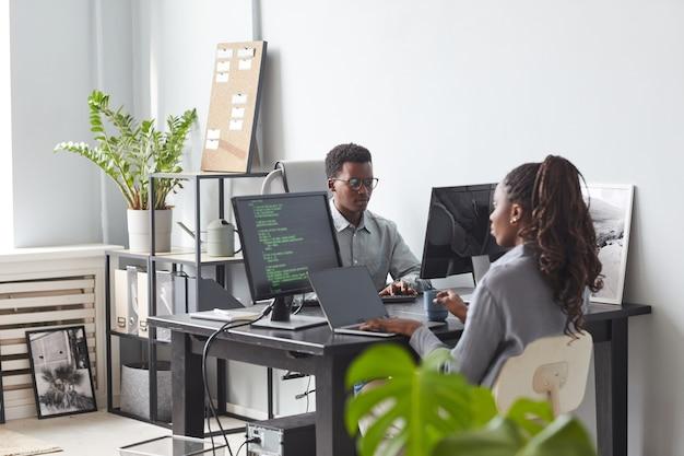 Dois desenvolvedores de software no office