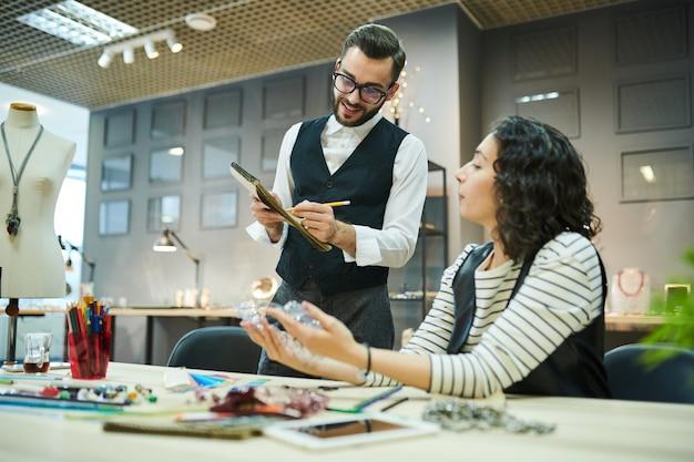 Dois designers criando jóias de luxo