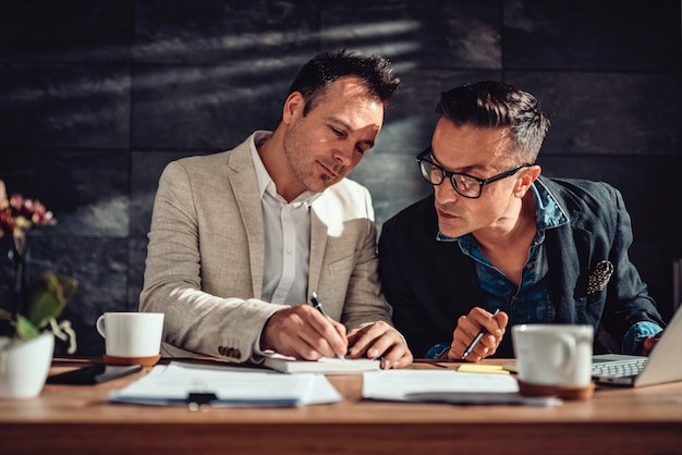 Dois designers desenhando uma nova idéia