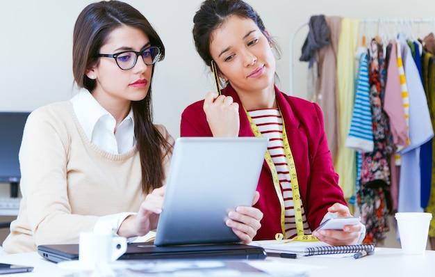 Dois designers meninas que trabalham no escritório