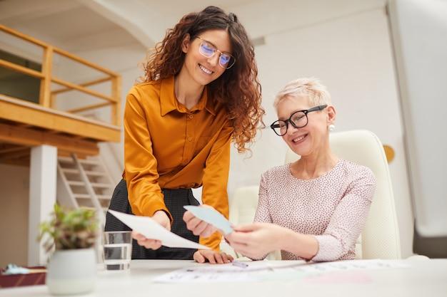 Dois designers que escolhem os melhores esboços