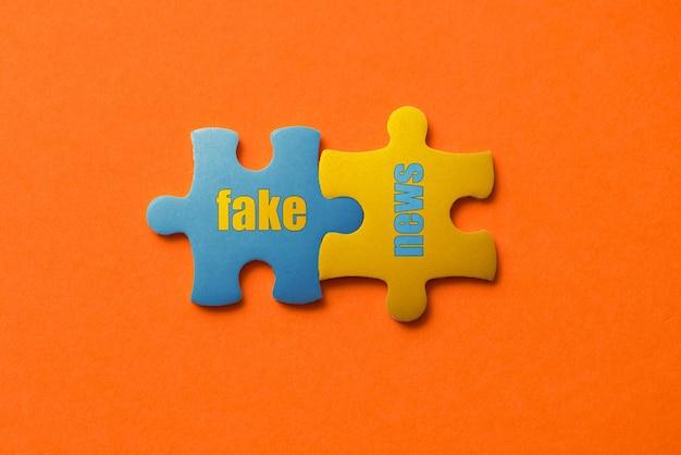 Dois detalhes coloridos de quebra-cabeça com notícias falsas de texto em laranja, amarelo e azul,