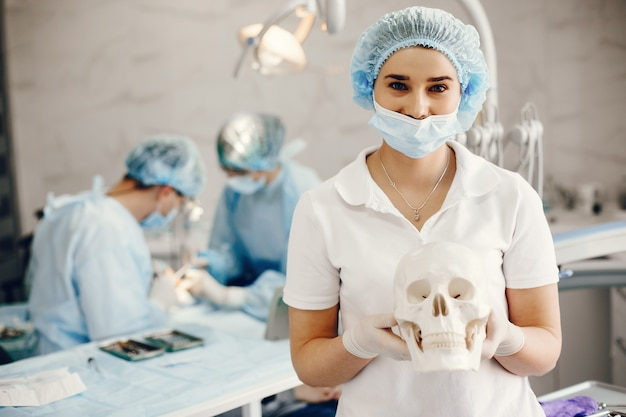 Dois dintist trabalhando com um paciente