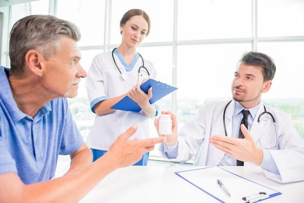 Dois doutores novos que consultam o paciente no hospital.
