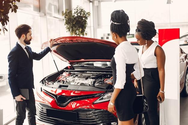 Dois, elegante, mulher preta, em, um, car, salão