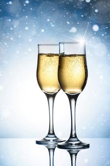Dois elegantes copos com champanhe espumante