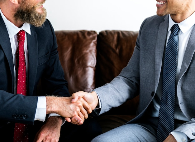 Dois empresário concordando em um acordo