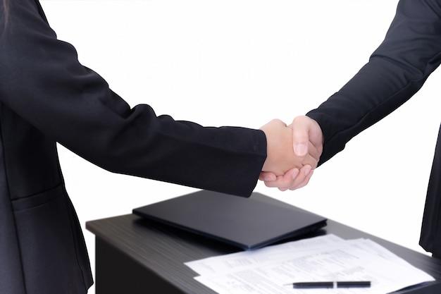 Dois empresário estão apertando as mãos
