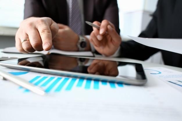 Dois empresário estão olhando e trabalham com tablet pc
