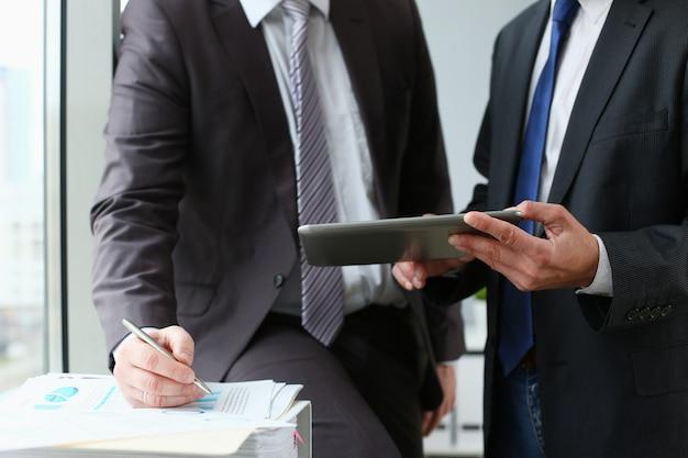 Dois empresário estão usando um tablet digital