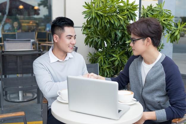 Dois empresário tendo uma reunião casual ou discussão na cidade.