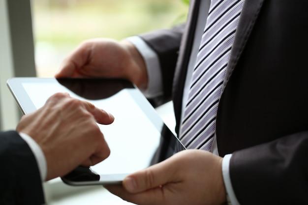 Dois empresário usam tablet pc