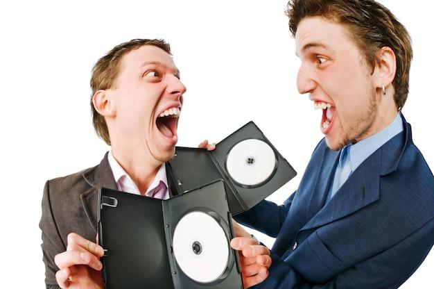 Dois empresários alegres com dvds em branco