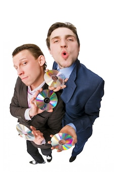 Dois empresários alegres que oferecem dvds à venda