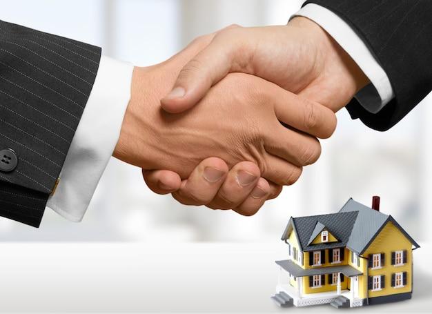 Dois empresários apertando as mãos - bem-vindo ao negócio