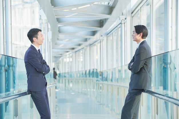 Dois empresários asiáticos tirando distância social