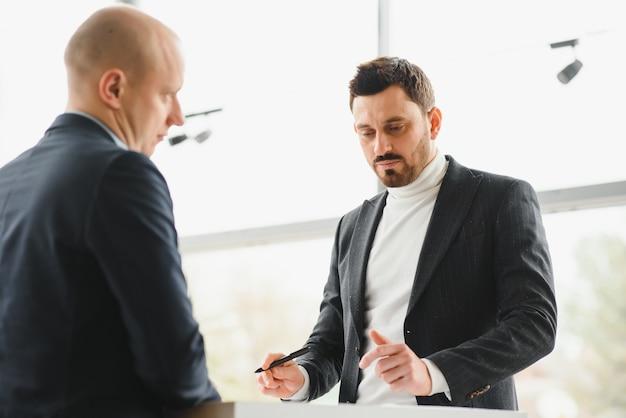 Dois empresários assinam acordo de cooperação