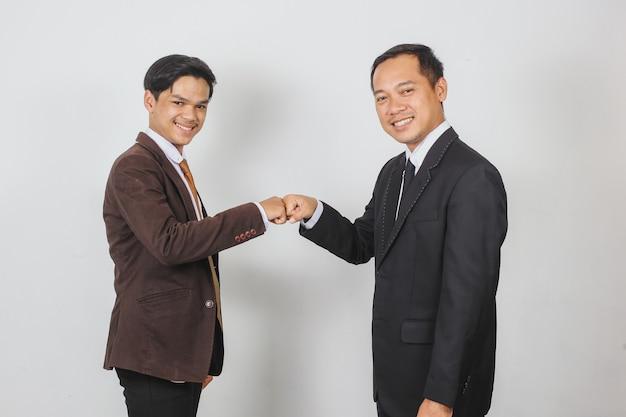 Dois empresários batendo os punhos