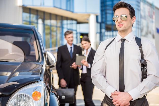 Dois empresários bem sucedidos confiante no terno.