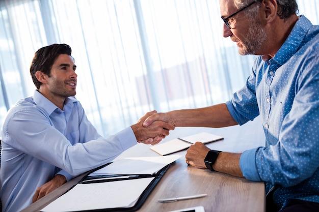Dois empresários dando um aperto de mão