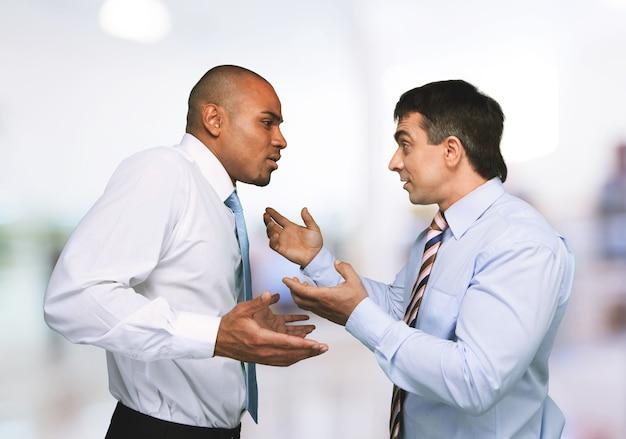 Dois empresários discutindo, conceito de conflito de negócios.