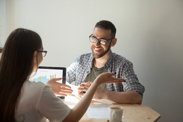Dois empresários discutindo detalhes de um contrato.