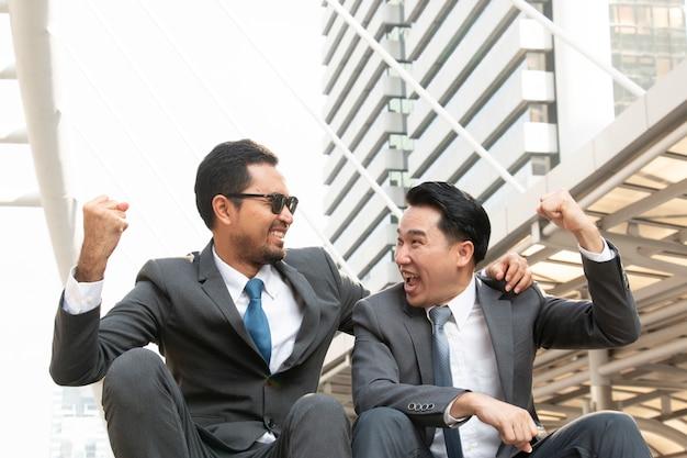 Dois empresários felizes estão rindo juntos