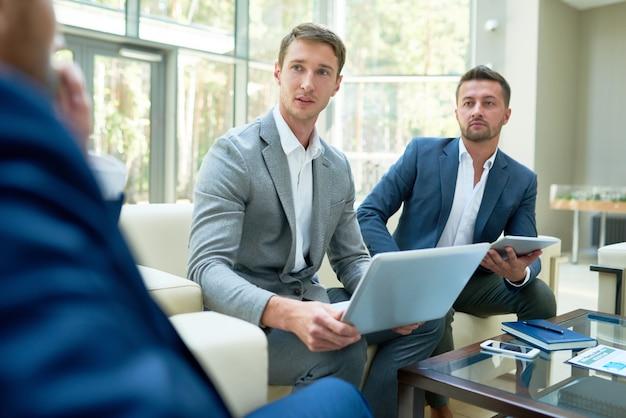Dois empresários lançando projeto de negócios