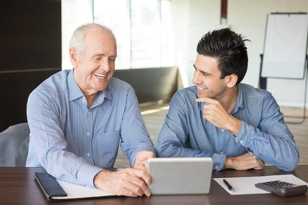 Dois empresários positivos discutindo problemas de trabalho