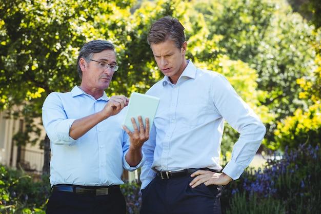 Dois empresários reunião usando tablet