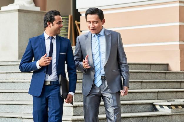 Dois empresários saindo do prédio