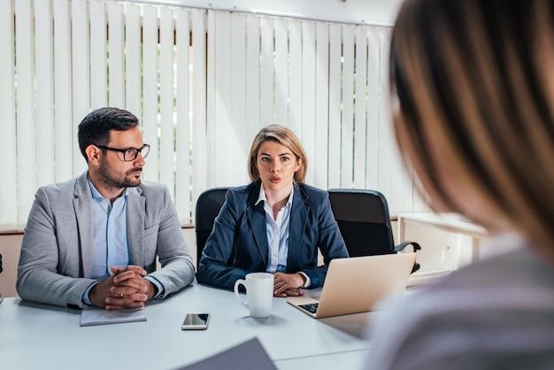 Dois empresários sérios realizando uma entrevista de emprego.