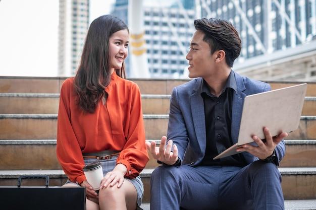 Dois empresários sorrindo e terminando uma reunião