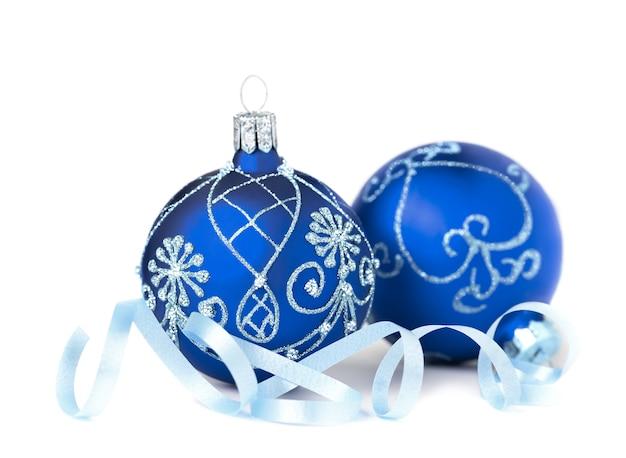 Dois enfeites de natal azul no branco