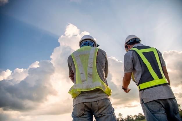 Dois engenheiro civil falando sobre o progresso no trabalho de construção