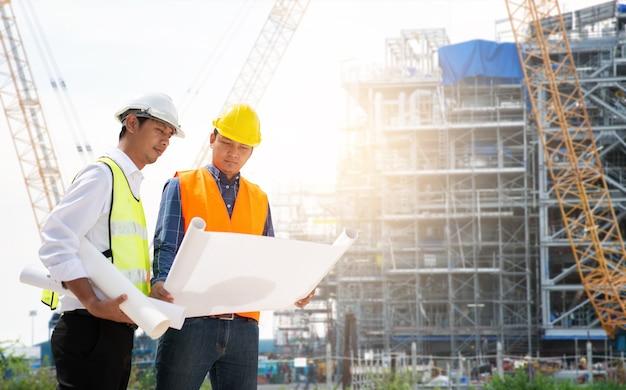 Dois engenheiro civil trabalhando no canteiro de obras