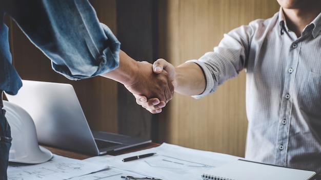 Dois, engenheiro, reunião, para, projeto, aperto mão, após, consulta, e, conferência, projeto, plano