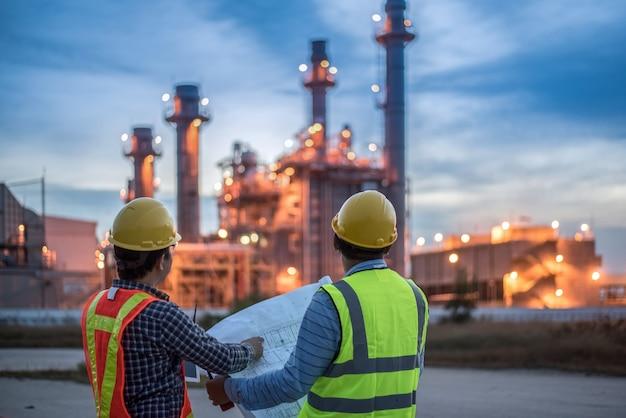 Dois engenheiros apertam as mãos